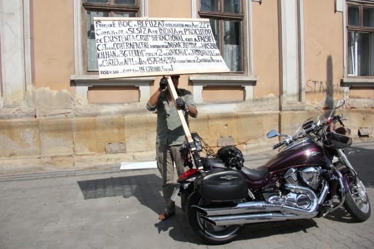 FOTO: Un clujean a protestat în faţa Primăriei pentru recuperarea unui teren