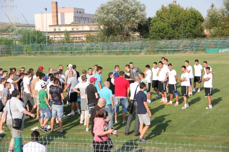 """Haos la """"U"""" Cluj! Suporterii au intrat  pe teren şi le-au cerut socoteală jucătorilor la antrenamentul de duminică!"""
