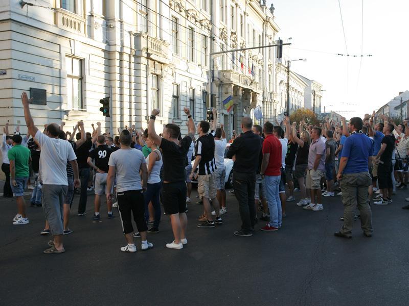 Suporterii universitari se revoltă împotriva Prodancăi şi a lui Boc!