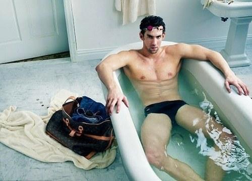 Michael Phelps riscă să-şi piardă toate medaliile de la Londra din cauza a două fotografii!