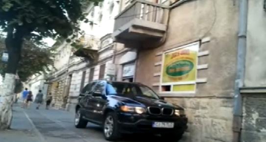 TUPEU: Un cetăţean s-a dus cu BMW-ul până la geamul amanetului de pe strada 21 Decembrie