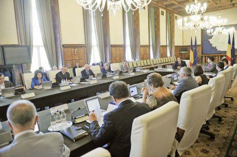 Guvernul Ponta la 100 de zile: bugetarii +8% la salariu, curentul şi gazul mai scumpe