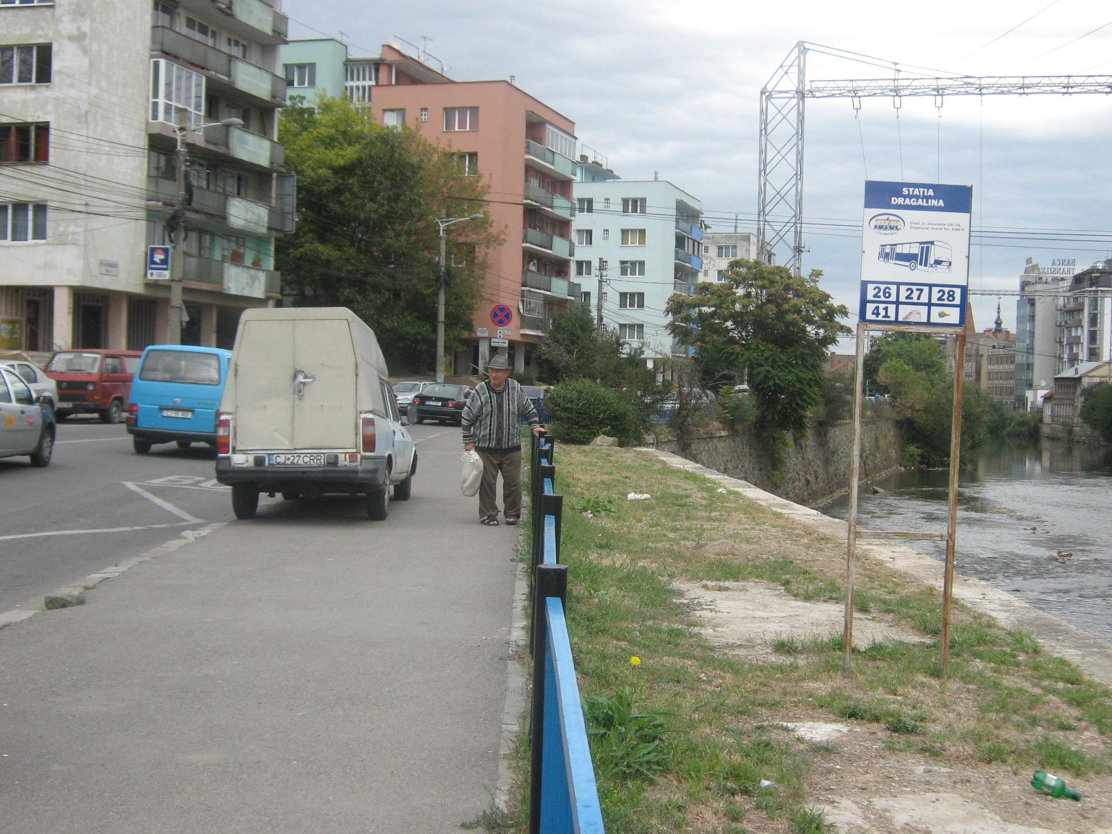Loc de parcare pe trotuarul din staţia de autobuz de pe Drăgălina!
