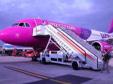WIZZ Air percepe pasagerilor o taxă în plus pentru bagajele de cabină!