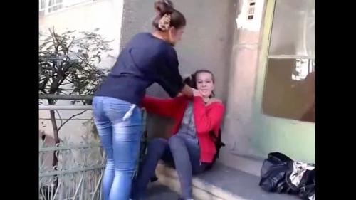 Eleva care şi-a umilit colega şi a obligat-o să-i pupe picioarele, exmatriculată şi cercetată penal!