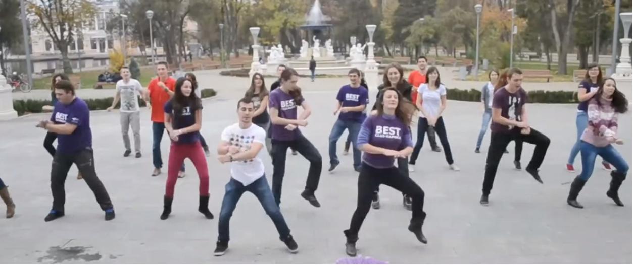 """Câţiva studenţi clujeni s-au dezlănţuit pe ritmurile """"Gangnam Style""""!"""