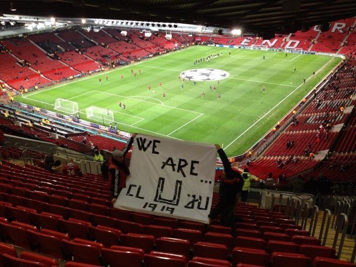 """Banner de susţinere pentru """"Şepcile roşii"""" pe Old Trafford"""