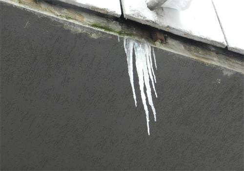 ATENŢIE: Siguranţa locuitorilor din cartierul Mărăşti este pusă în pericol de ţurţurii de gheaţă
