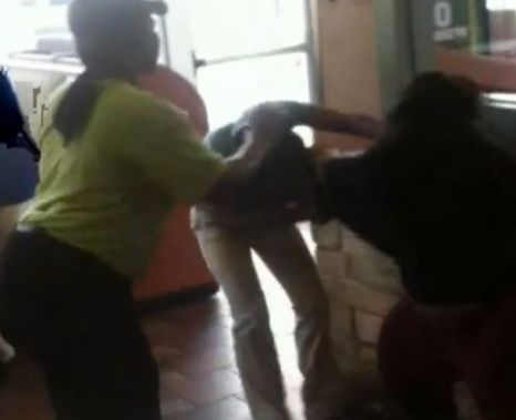 VIDEO Bătaie adevărată între femei, într-un McDonald's. N-ai mai văzut aşa ceva