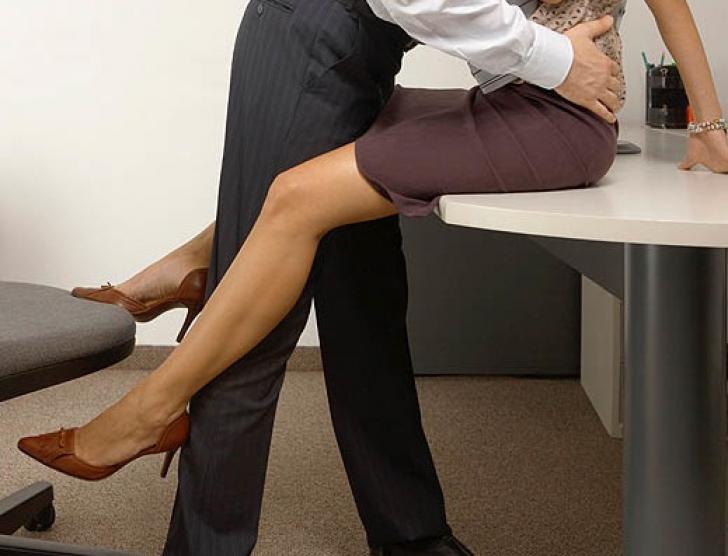 Cum îţi dai seama cu cine are şeful tău o relaţie la birou?