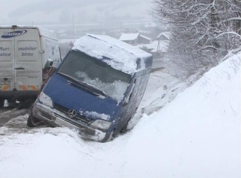Doua masini au ajuns in sant pe Feleac din cauza ninsorilor. Nicio persoana nu a fost ranita