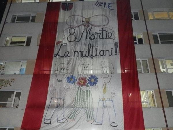 Ziua Femeii: Banner uriaş de 8 martie afişat de studenţii de la UTCN în Observator