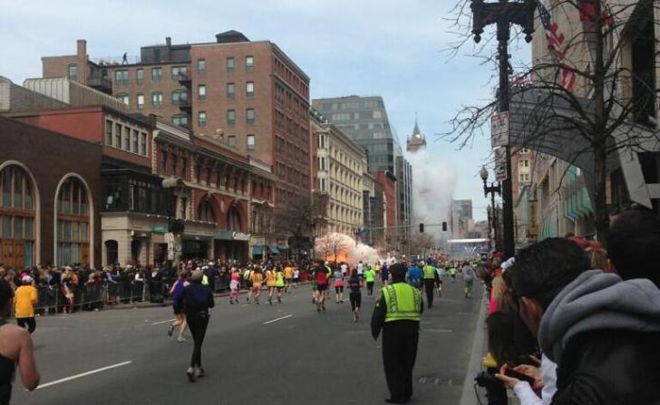 Atentat terorist cu două explozii la maratonul din Boston. Două persoane au murit şi alte câteva zeci rănite