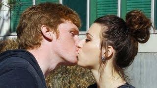 VIDEO Un magician reuseste sa sarute fetele pe strada cu un simplu truc