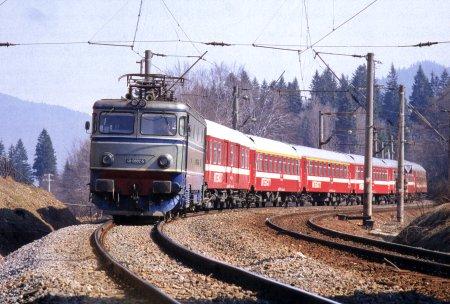 O locomotiva a deraiat in judetul Cluj dupa ce s-a ciocnit frontal cu un bivol