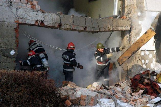 UPDATE: Explozie într-un bloc din Floresti. 16 apartamente au fost afectate si sase maşini avariate.