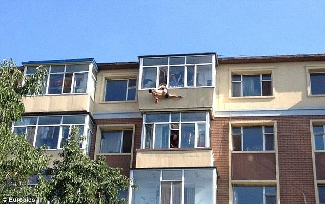 A vrut sa se sinucida, dar l-a salvat nevasta tinandu-l de boxeri 20 de minute, la etajul sase!