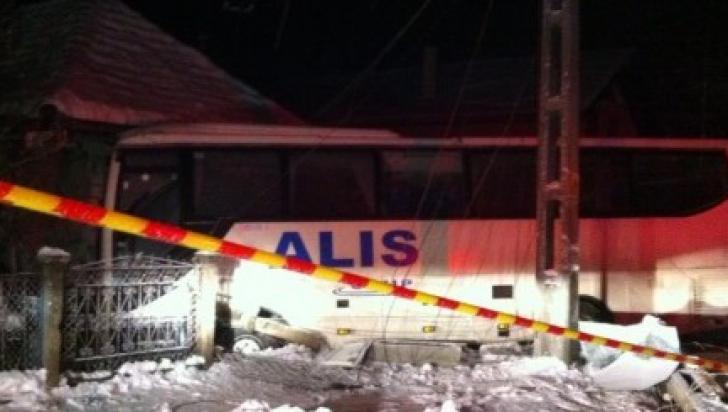 Accident grav în judeţul Cluj. Un autocar a intrat într-o casă după ce a fost acroșat de un BMW
