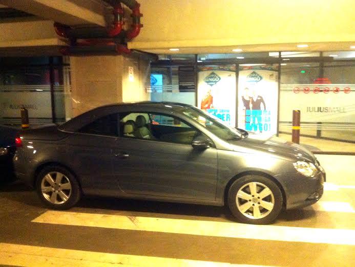 Tupeu de ziarist. Şi-a lăsat maşina în faţa liftului din parcarea subterană de la Iulius Mall. FOTO