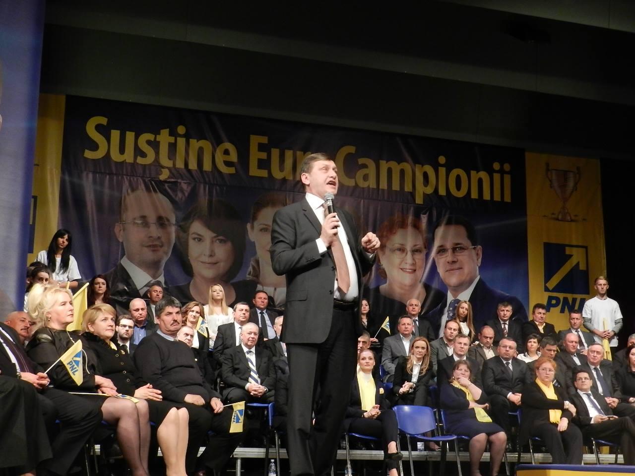 """PNL Cluj a folosit studenti platiti cu 15 lei pe post de """"aplaudaci"""" pentru Crin Antonescu"""