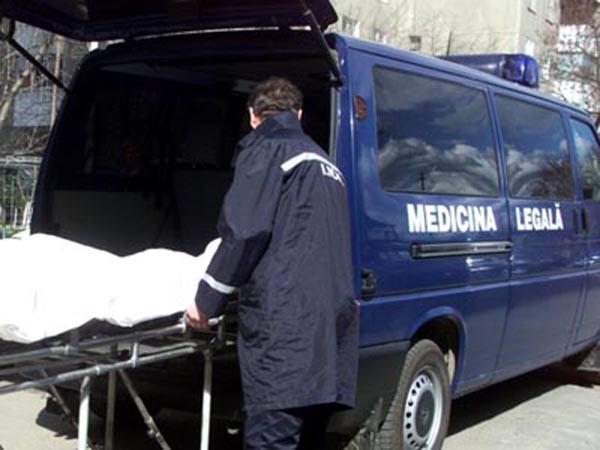 Un bărbat a fost găsit mort pe marginea drumului
