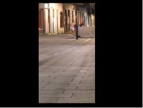 """Doi tineri au fost surprinsi in timp ce se """"balaceau"""" in fantana de pe Eroilor! VIDEO"""