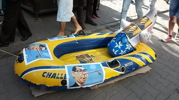 Protest împotriva lui Victor Ponta la Cluj, cu o barcă gonflabilă! FOTO