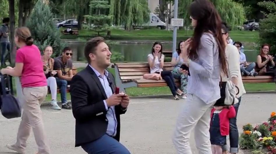 Cerere in casatorie emotionanta la Cluj-Napoca, in Parcul Central. VIDEO