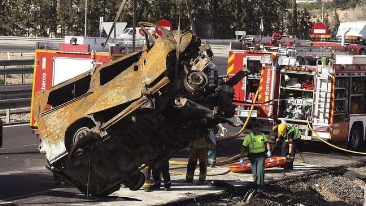 ACCIDENT. Un microbuz a ars complet pe o autostradă din Spania. 8 români și-au pierdut viața