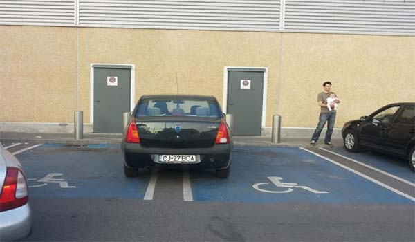 Parcare cu tupeu. O clujeanca si-a lasat masina pe doua locuri de parcare pentru persoane cu dizabilitati