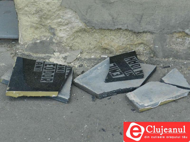 Vandalism! Placa comemorativă dedicată eroilor revoluției de lângă podul Horea a fost distrusă