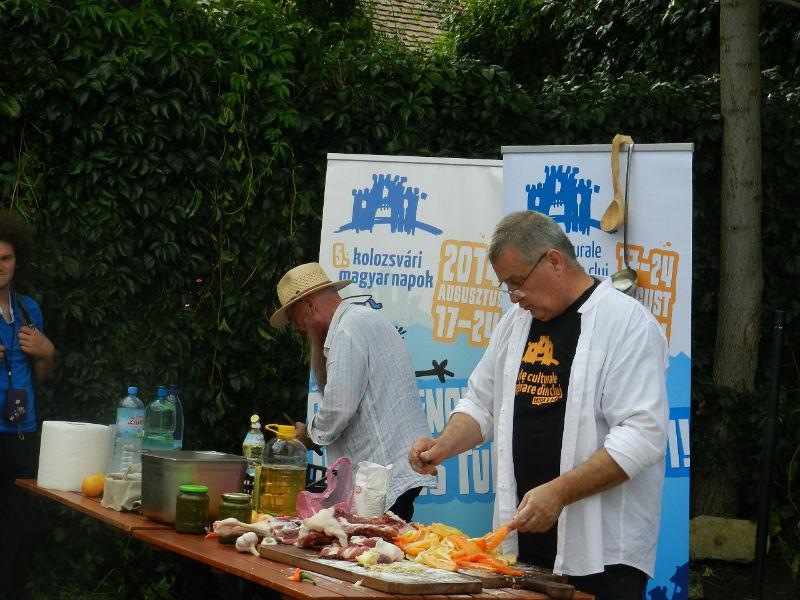 Mircea Dinescu și-a prezentat colecția de vinuri și a gătit pentru clujeni la Casa TIFF, în cadrul Zilelor Maghiare