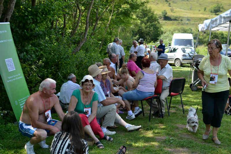 50 de bunici din centrele de zi s-au bucurat de un picnic pe Valea Gârbăului