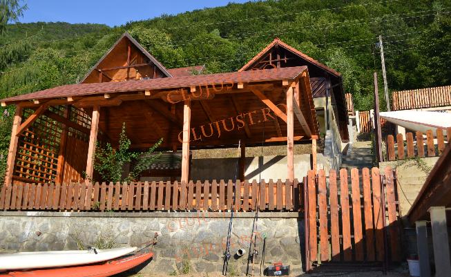 Cum arată cabana ridicată din șpăgi a lui Uioreanu de pe malul lacului Tarnița