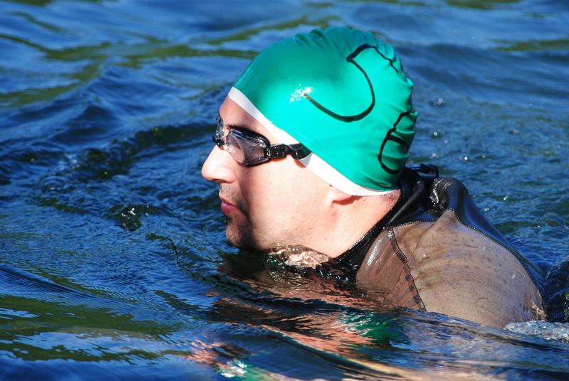 """Un înotator clujean a castigat proba scurta a """"Traversării Tarniţei"""""""