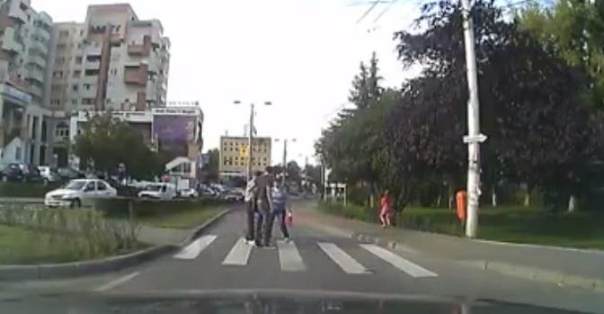 Lectie de civism la Cluj. Un sofer clujean a oprit in trafic pentru a ajuta un batran sa treaca strada pe trecerea de pietoni! #RESPECT
