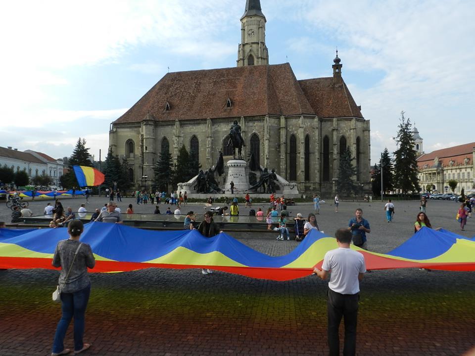 Uniți sub tricolor. Sute de oameni au participat la desfășurarea unui drapel de 150 m în Piața Unirii