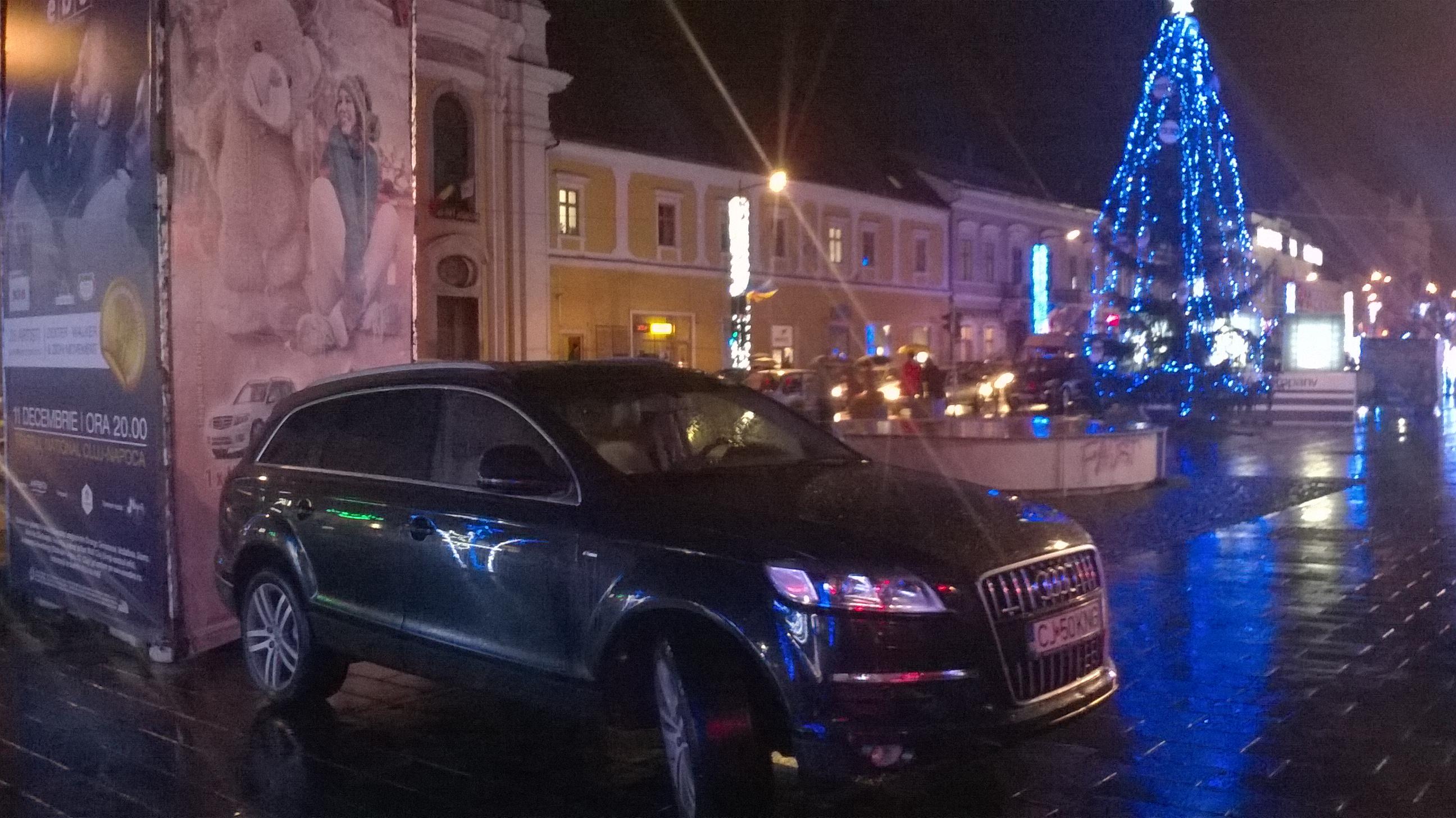 """""""Țăranii"""" Clujului au transformat pietonala de pe Eroilor în loc de parcare personal. FOTO"""