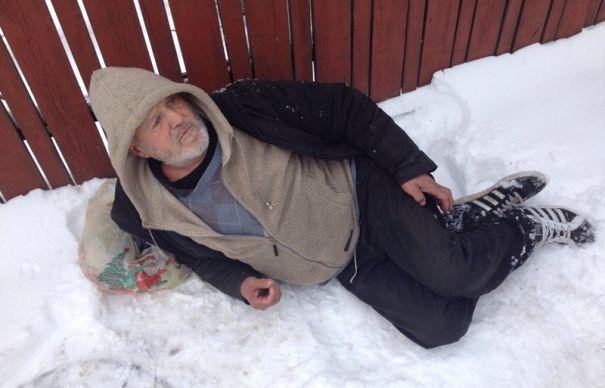"""Un om al străzii din Cluj a fost abandonat de ambulanță în frig pentru că era """"boschetar"""""""