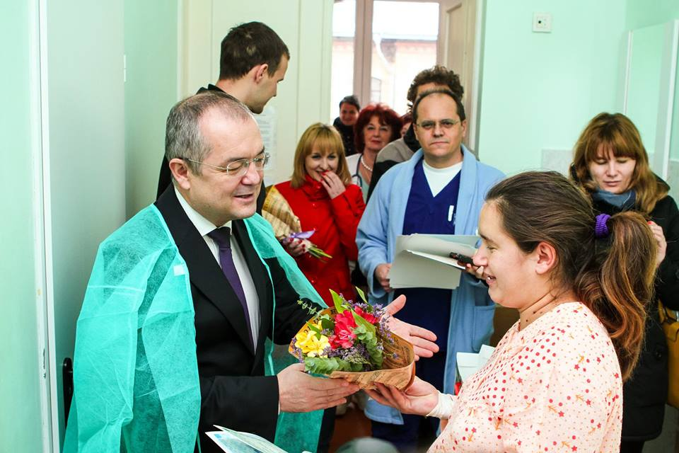 Șase copii s-au născut la Cluj în prima zi a lui 2015. Emil Boc le-a oferit flori tinerelor mămici