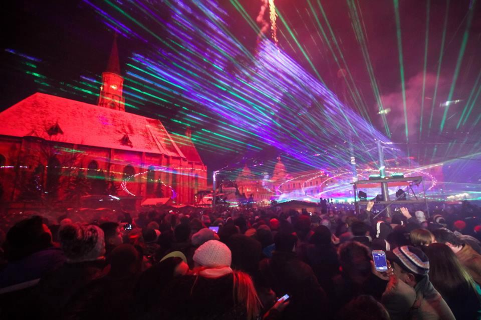 Mii de clujeni au sărbătorit revelionul în Piața Unirii! Clujul a intrat în anul Capitalei Europene a Tineretului