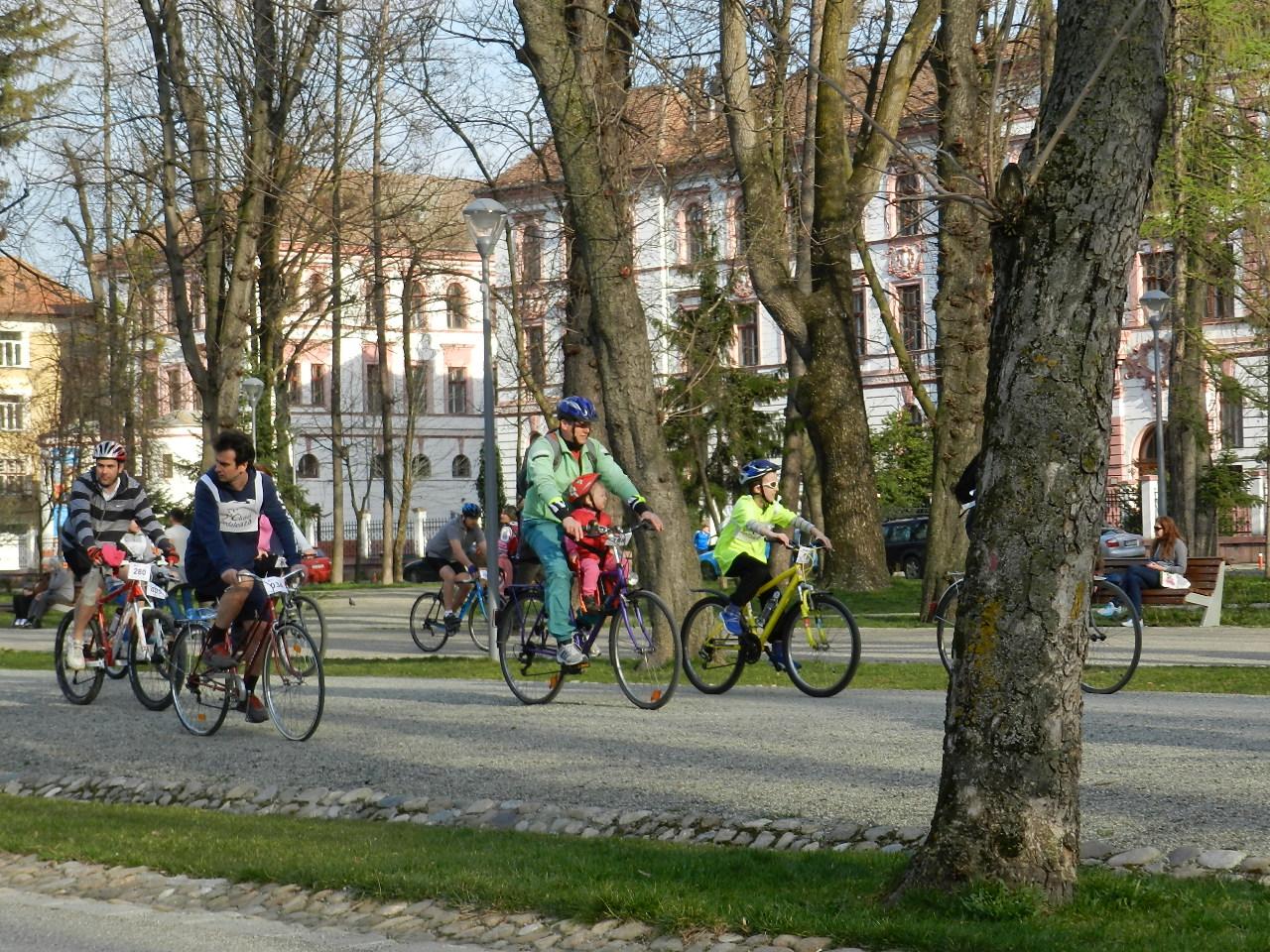 Bicicliștii clujeni mărșăluiesc prin centrul orașului de Ziua Îndrăgostiților