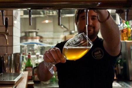 Consumul de bere ar putea ajuta la protejarea creierului împotriva unor boli precum Parkinson și Alzheimer