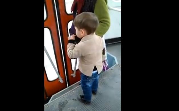 VIDEO REVOLTĂTOR. Un copil de 4 ani a fost filmat în timp ce fuma în tramvai, de fața cu mama sa