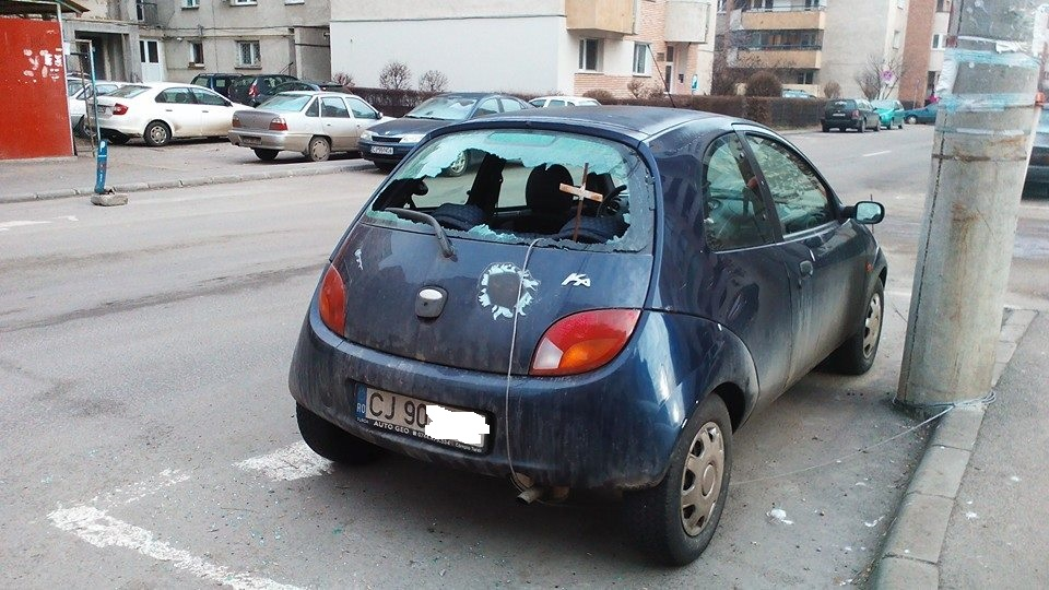Un clujean si-a gasit masina cu geamul din spate spart in Marasti. FOTO