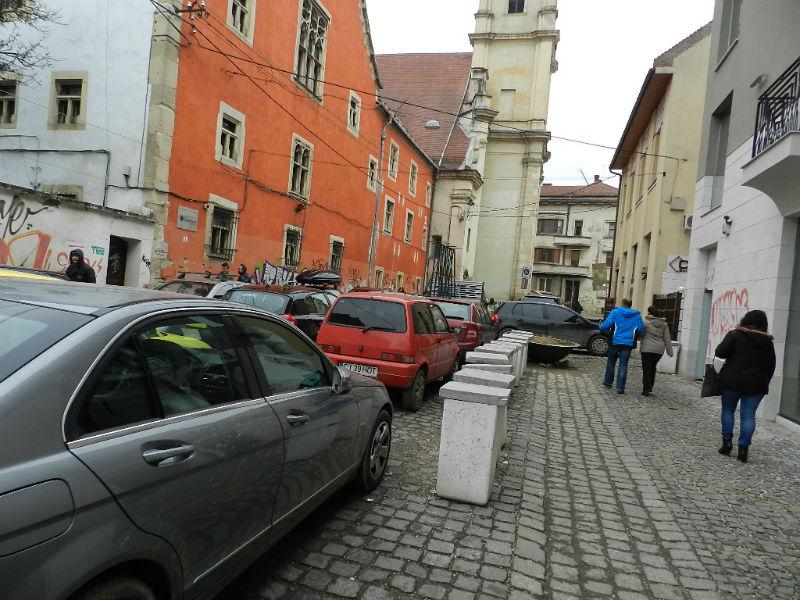 Piața Muzeului, sufocată zilnic de mașinile parcate haotic. FOTO