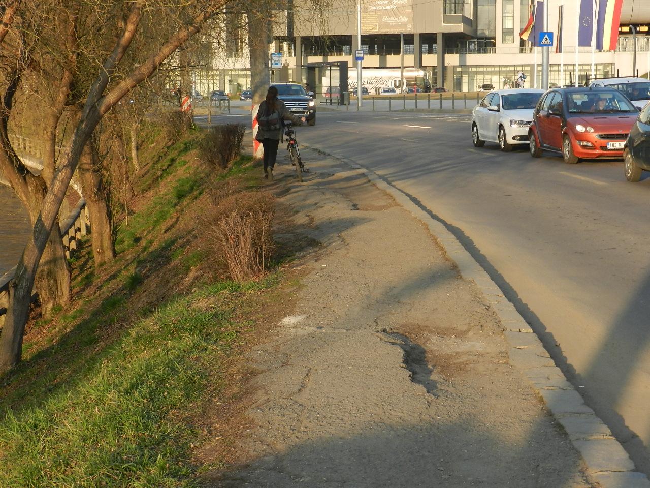 """""""Trotuarul rușinii"""" de lângă """"bijuteriile"""" Cluj Arena și Sala Polivalentă, uitat de autoritățile locale"""