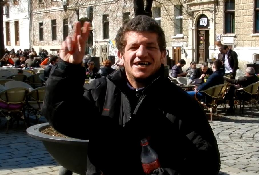 INEDIT. Un om al străzii din Cluj îi face o dedicație muzicală primarului Boc! :))