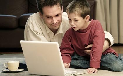 Părintele este obligat să-și supravegheze atent copilul când stă la calculator