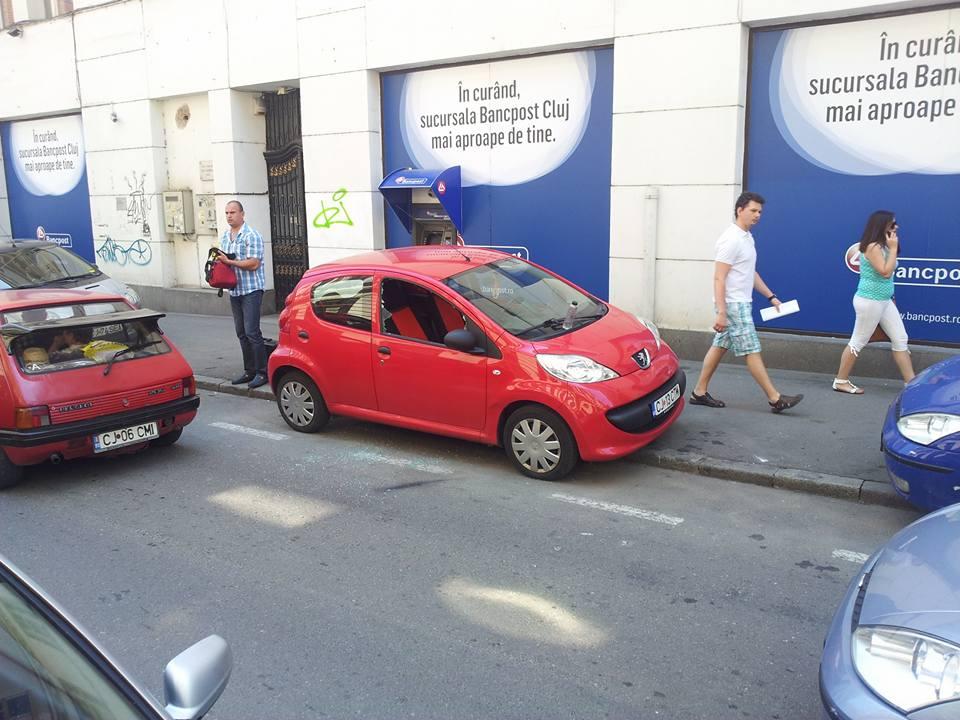 Mașină spartă în centrul Clujului, pe strada Emile Zola, ziua în amiaza mare – FOTO